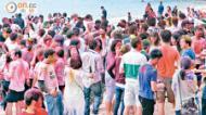 [新聞] 600人開無牌沙灘派對