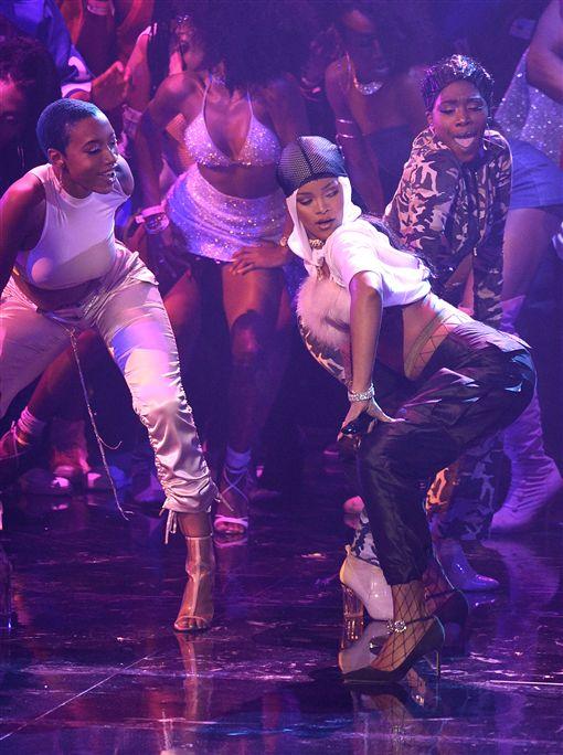 [新聞] 昂絲爽抱八獎 蕾哈娜四登VMA表演遭諷「包場嗎」